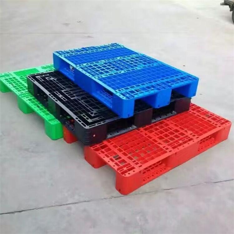 塑料川字托盘价格;网格川字塑料托盘,塑料川字托盘可加钢管;货架专用塑料托盘